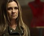 Depois de sequestrar o filho de Rosa (Leticia Colin), Laureta (Adriana Esteves) será presa. Na cadeira, a vilã terá mordomias: ganhará uma quentinha de salada de lagosta e uísque | TV Globo