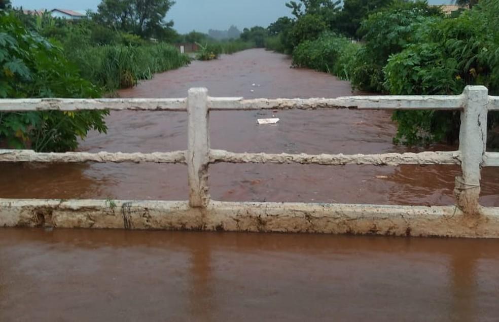 Córrego que corta a cidade de Paranaíba (MS) transborda após forte chuva. — Foto: Sebastiana Ferreira/Arquivo pessoal