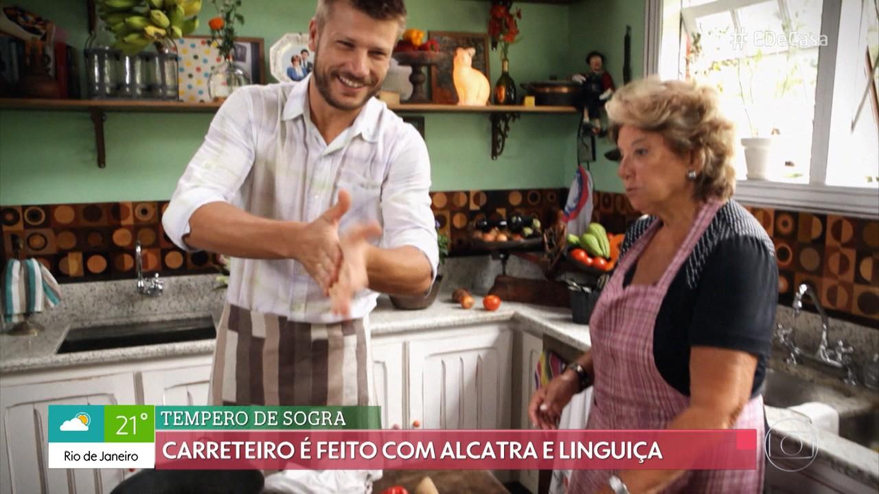 Rodrigo Hilbert cozinha ao lado da sogra Teca