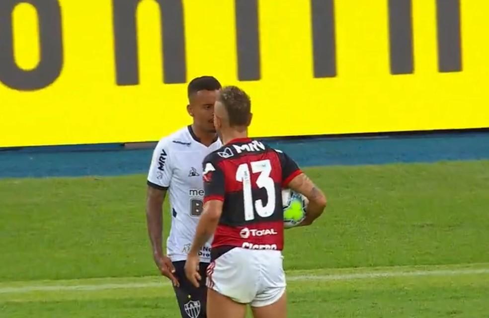 Rafinha e Allan discutem durante Flamengo x Atlético na estreia da Série A 2020 — Foto: Reprodução/TV Globo