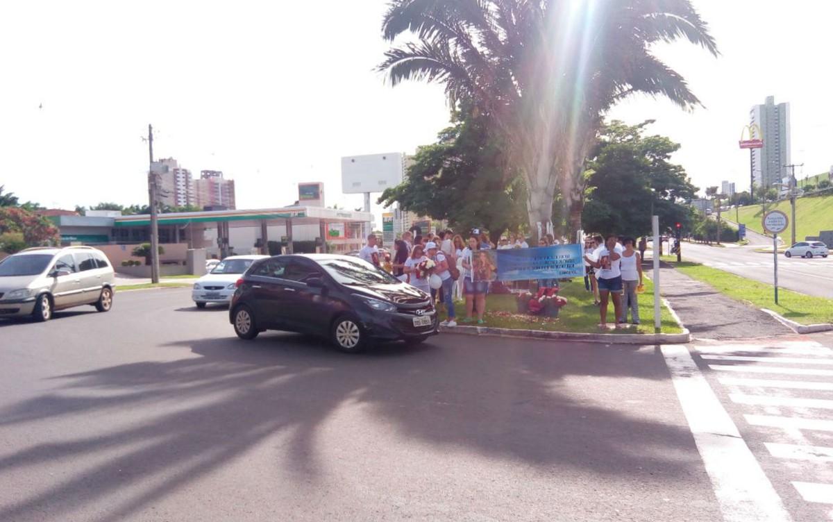Manifestação em local de acidente que matou advogada em Campo Grande pede justiça
