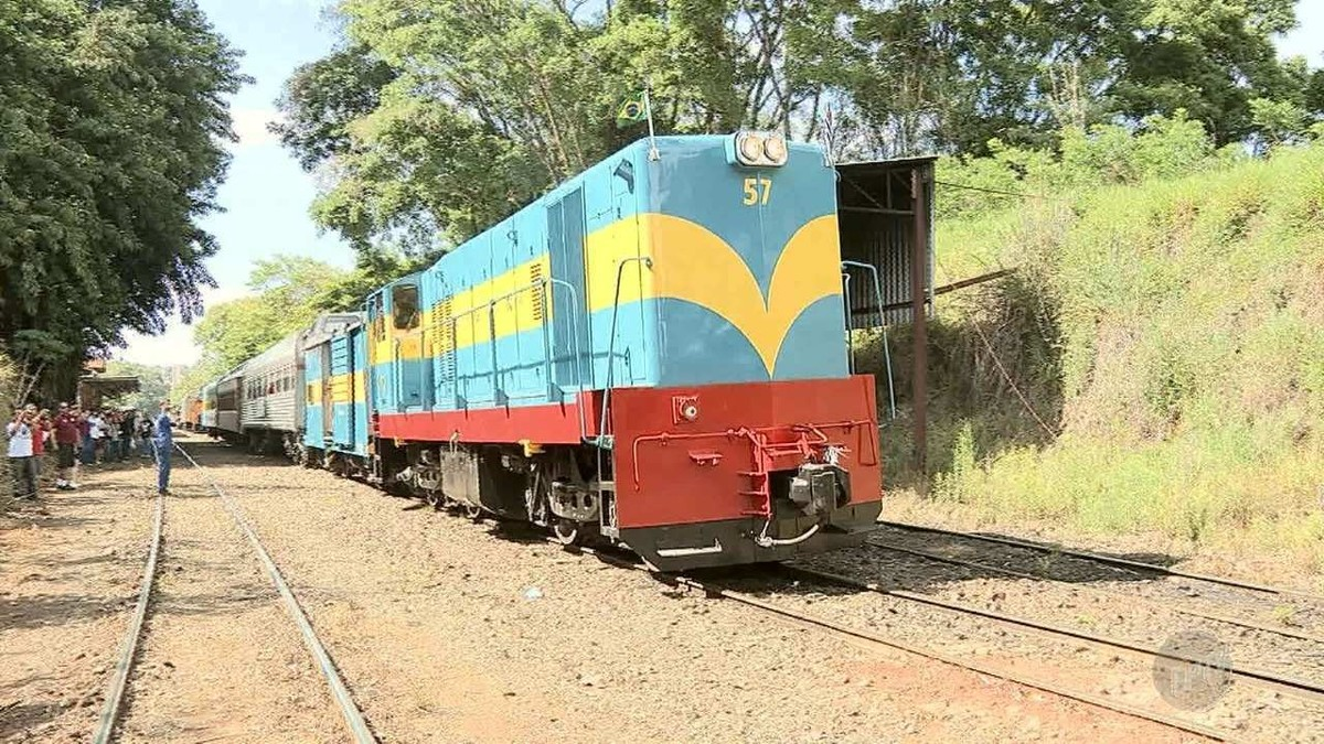 Locomotiva da década de 60 volta a circular na região após restauro de R$ 200 mil