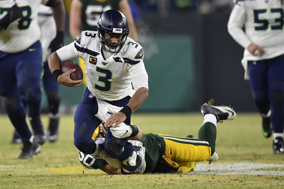 Russell Wilson é derrubado por Blake Martinez no segundo quarto — Foto: Quinn Harris/Getty Images