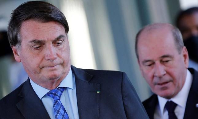 Fernando Azevedo, que pediu demissão da Defesa, ao lado de Jair Bolsonaro: general não queria reviver crise de maio
