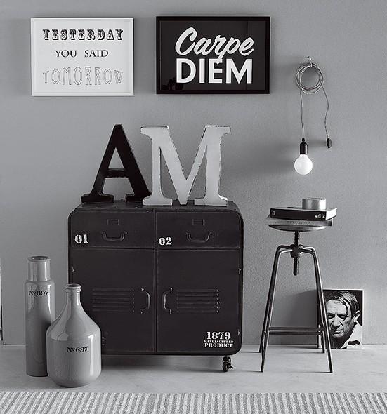 Em uma decoração mais neutra, em tons de preto, branco e cinza, frases animam o ambiente. Na produção de Juliana Fanchini, elas estão em quadros com impressão em papel fotográfico e serigrafia