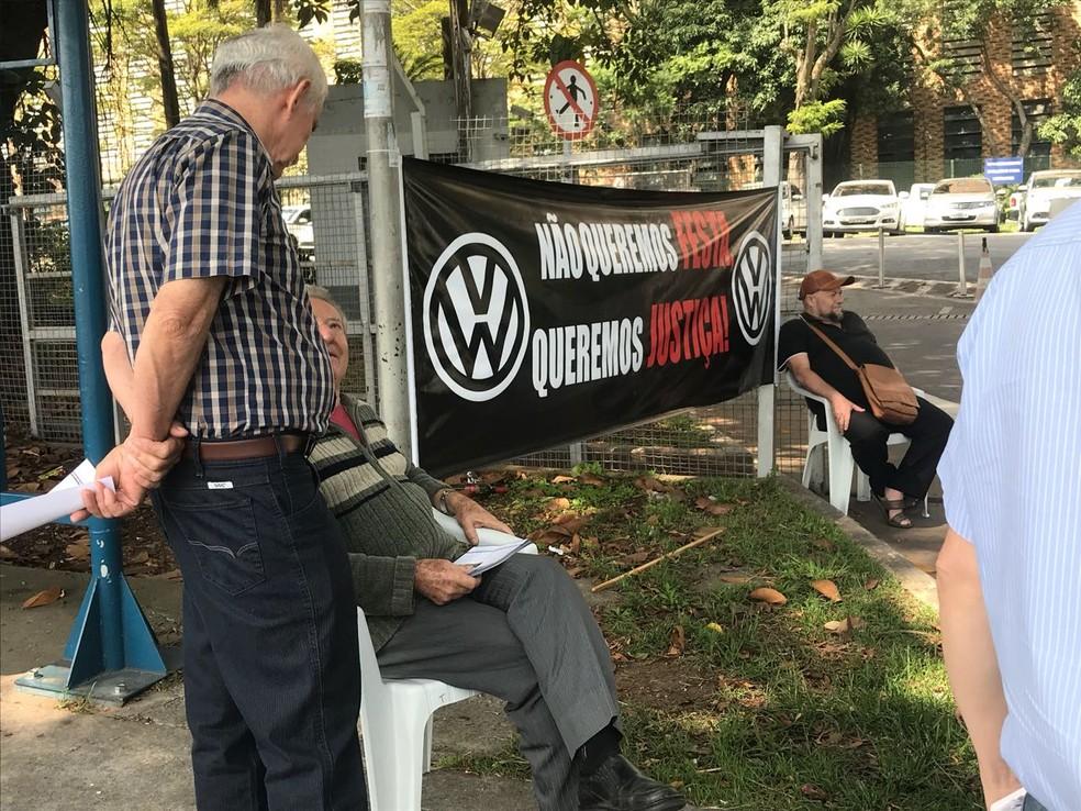 Ex-trabalhadores da Volkswagen fazem protesto na fábrica da empresa em São Bernardo do Campo (SP), nesta quinta-feira (14) (Foto: André Paixão/G1)