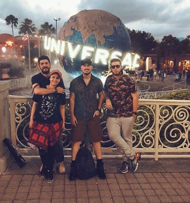 Maraisa com o noivo, Wendell Vieira. e amigos na Disney (Foto: Reprodução/Instagram)