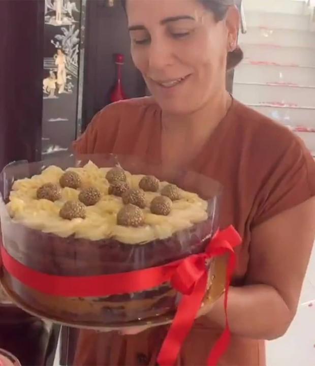 Gloria Pires com o bolo que ganhou no Dia das Mães (Foto: Reprodução/Instagram)