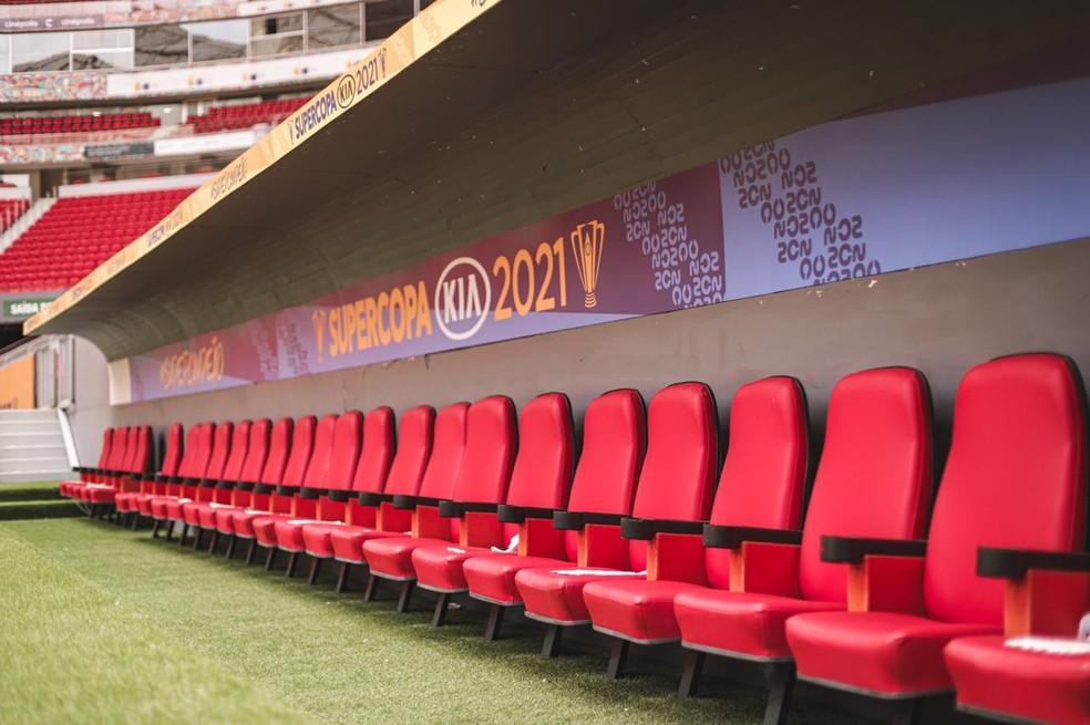 Banco de reservas decorado para final da Supercopa — Foto: Ricardo Ribeiro