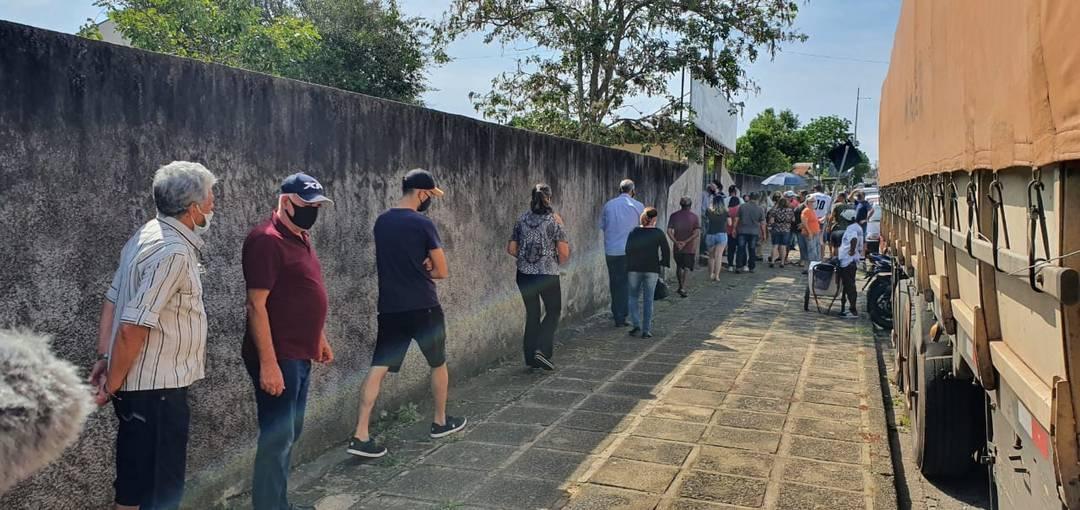 Colégio Estadual Elzira Correia de Sá registra fila para o lado de fora, em Ponta Grossa