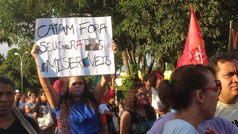 Manifestante leva cartaz em protesto contra a reforma da Previdência em Maceió — Foto: Matheus Tenório/G1