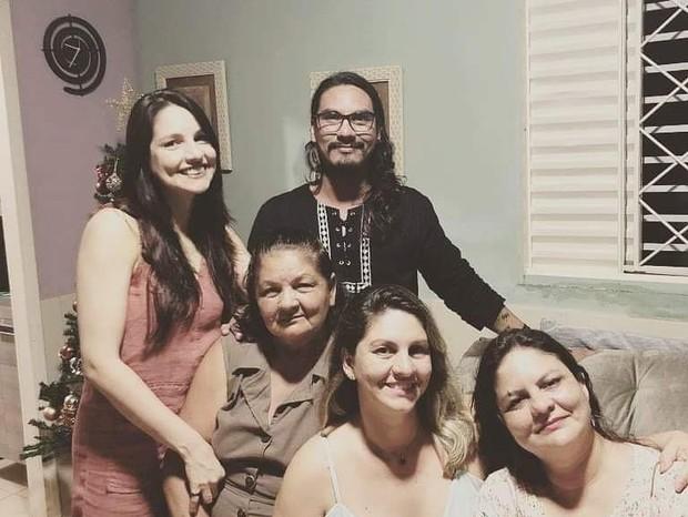 Vanderson com a mãe Nilza e as irmãs (Foto: Instagram/Reprodução)