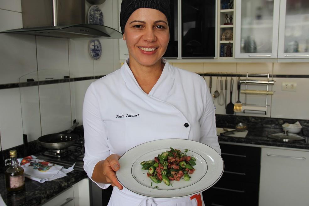 Chef Paula Parames e o prato bem mineiro: quiabo com linguiça — Foto: Paula Parames