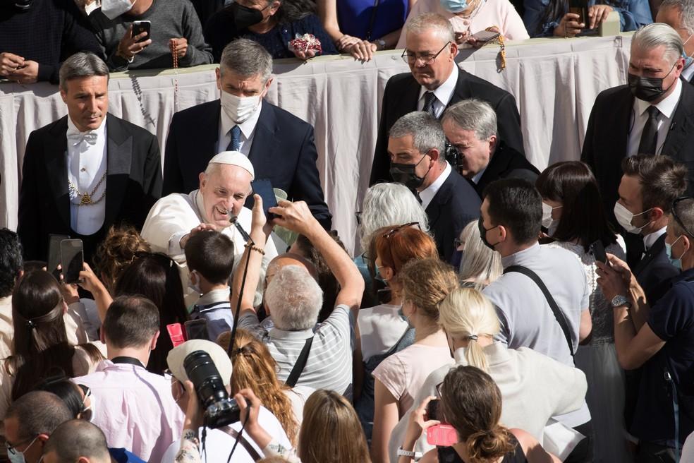 Papa conversa com fiéis no pátio de San Damaso, no Vaticano, nesta quarta-feira (26) — Foto: Reuters/Remo Casilli
