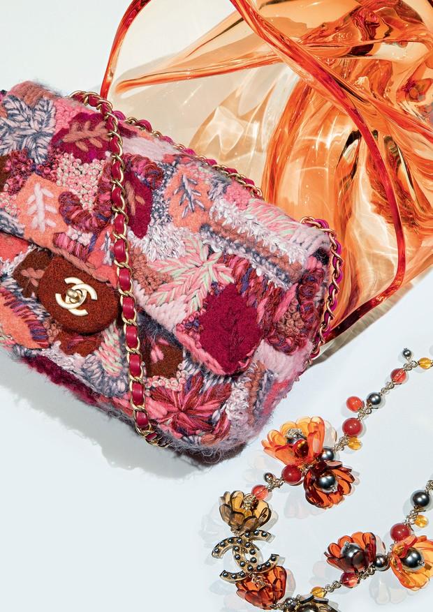 Chanel Bolsa, a partir de R$ 44.980, e colar, a partir de R$ 9.810 (Foto: Eduardo Svezia)