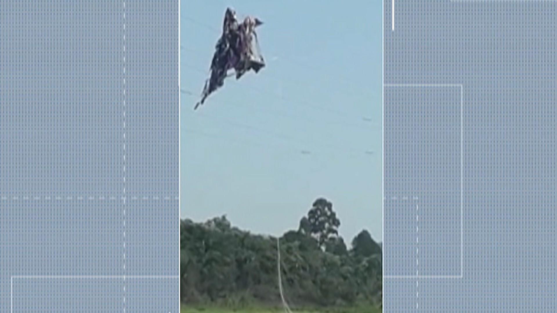Balão fica preso em cabos de alta tensão próximos à represa do Rio Jundiaí, em Mogi das Cruzes