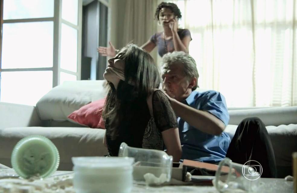 Cora (Marjorie Estiano) e Batista (José Negreiros) são feitos reféns por bandidos em busca de José Alfredo (Alexandre Nero) - 'Império' — Foto: Globo
