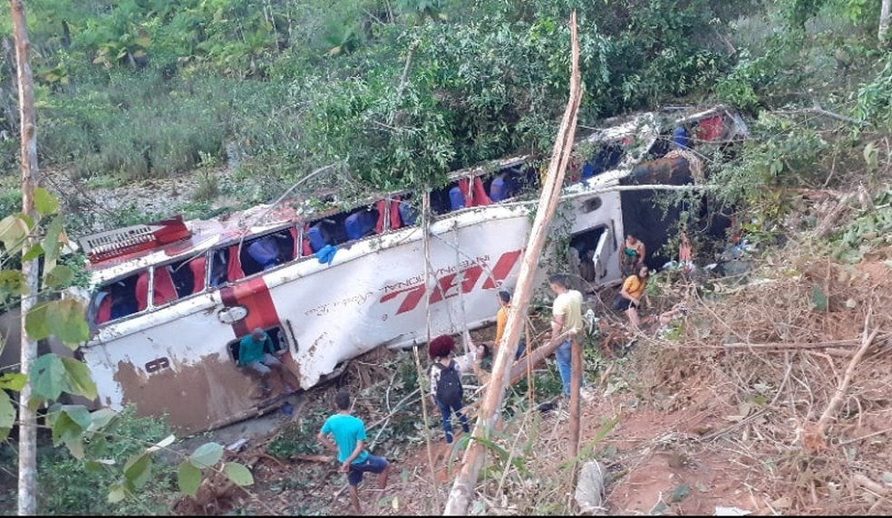 Ônibus com mais de 30 ocupantes cai em abismo deixando 4 mortos e 11 feridos no Maranhão