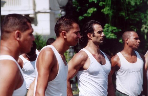 Marcos Pasquim precisou fazer um treinamento intenso para o papel. Na foto, ele aparece numa preparação no Exército (Foto: Divulgação)