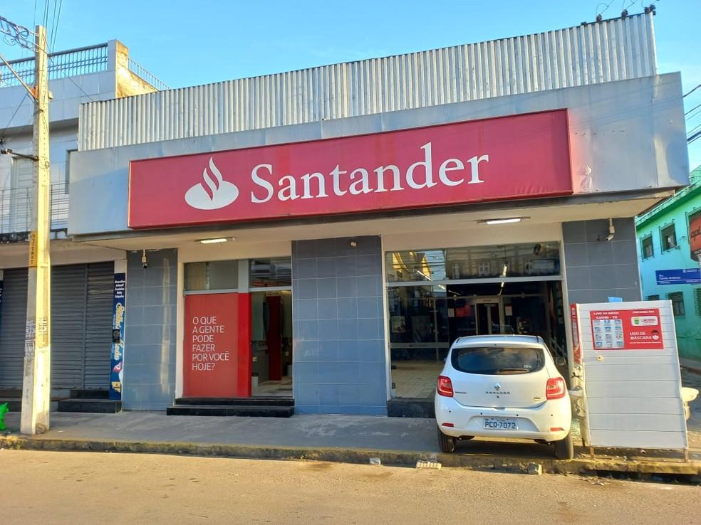 Homem de 61 anos arrombou agência do banco localizada em Limoeiro, no Agreste do estado — Foto: Luis Correia/Acervo pessoal