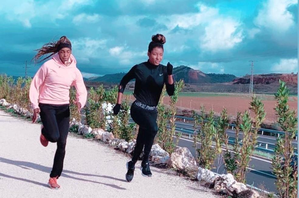 A brasileira Núbia Soares (à dir.) com a cubana Yariadmis Arguelles treinando nas ruas de Guadalajara, na Espanha — Foto: Arquivo pessoal