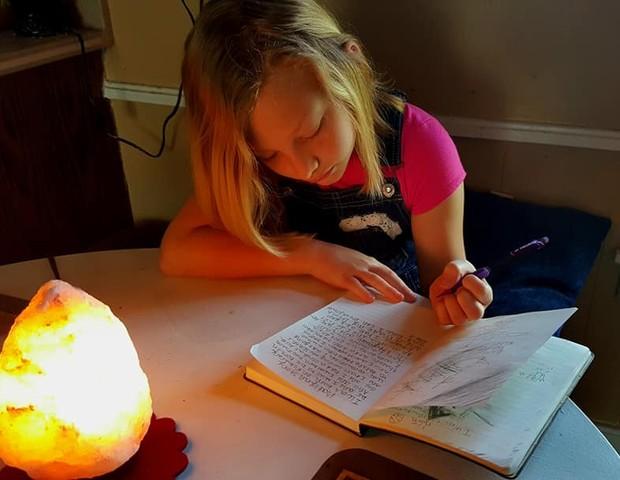 A pequena Katie é um exemplo de superação e gentileza (Foto: Reprodução Facebook)