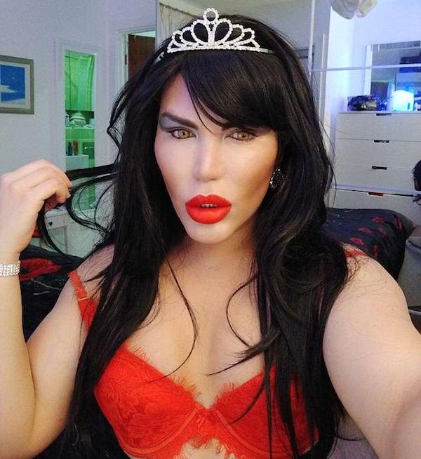 O brasileiro Rodrigo Alves, conhecido como Ken Humano, vestido como mulher (Foto: Instagram)