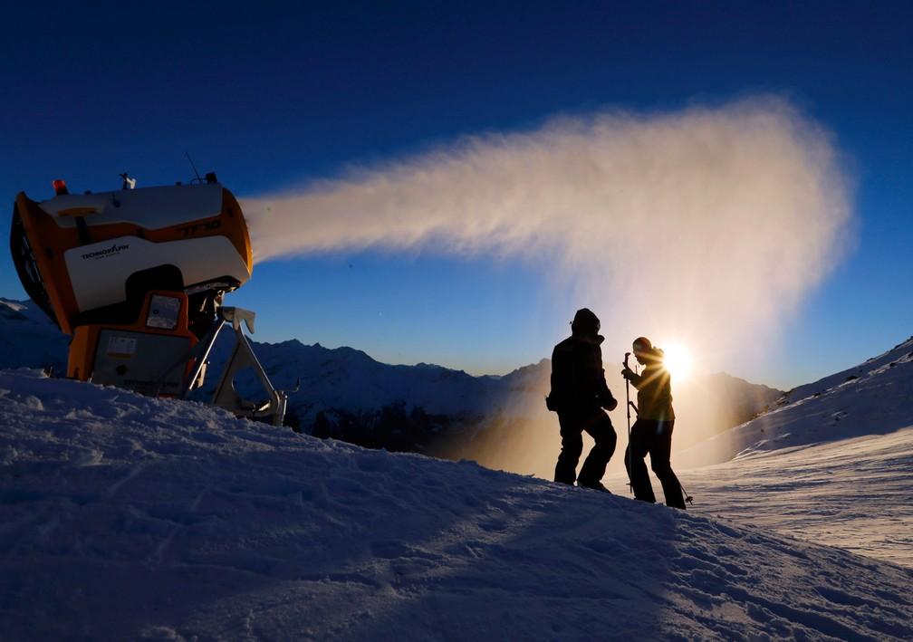 Funcionários da estação de esqui Verbier verificam a máquina de fazer neve artificial em Verbier, na Suíça (Foto: Denis Balibouse/Reuters)