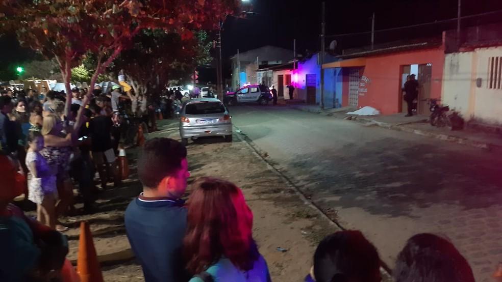 Mulher foi morta a tiros na frente da casa em que morava a mãe dela, na Zona Norte de Natal — Foto: Sérgio Henrique Santos/Inter TV Cabugi