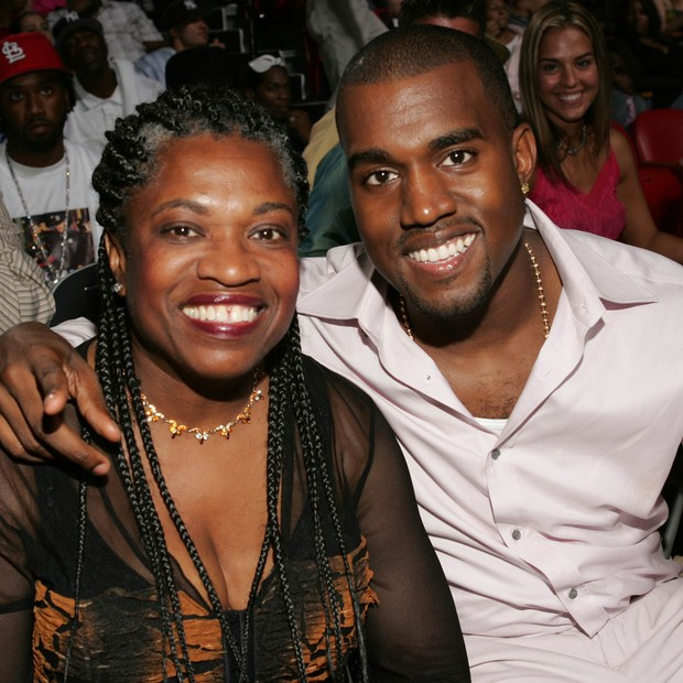 Kanye West e sua mãe, Donda West, no MTV Video Music Awards 2004  (Foto: Getty Images)