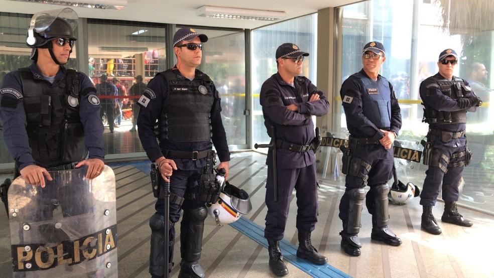 Polícia Militar bloqueia a entrada do Ministério da Educação em dia de protesto da UnB (Foto: Ana Luiza de Carvalho/G1)