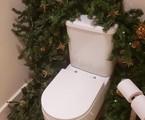 Ana Hickmann abriu as portas da sua casa e mostrou detalhes da sua grande decoração natalina. Até mesmo o lavabo da casa ganhou uma decoração temática | Reprodução/ YouTube