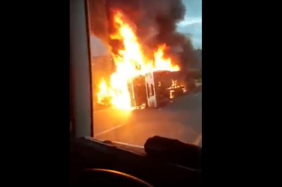 Veículo ficou totalmente destruído — Foto: Rede social/Reprodução