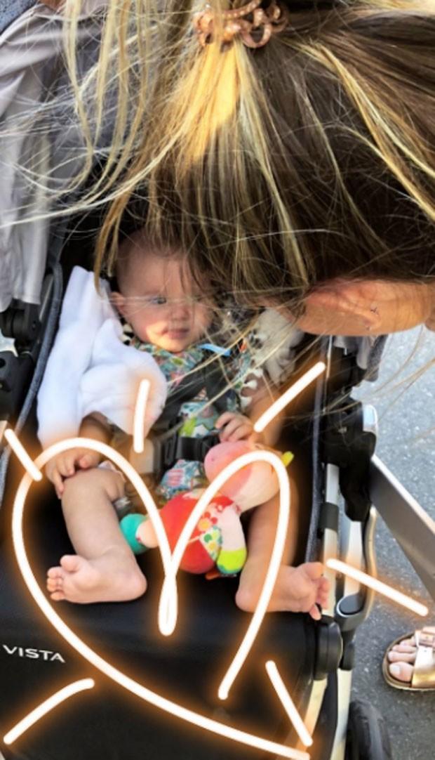 Mariana Weickert em passeio com a filha (Foto: Reprodução)