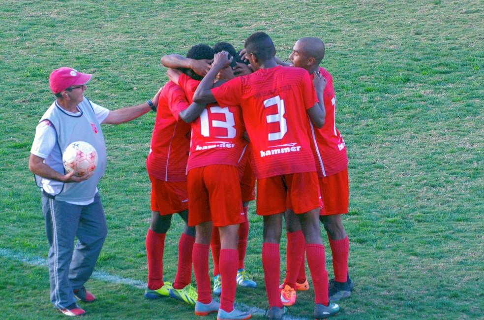 Time do União comemora com o atacante Eto'o o segundo gol na vitória contra o América-SP (Foto: Milena Antunes)
