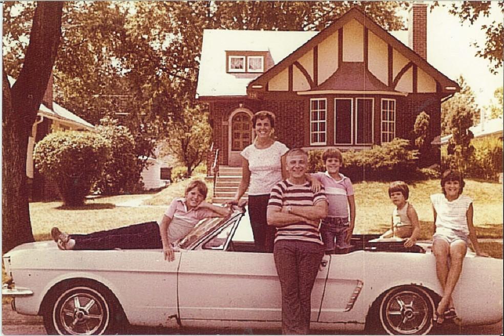 Gail e o marido, Tom, com os 3 filhos e o Mustang nos anos 70 (Foto: Arquivo pessoal)