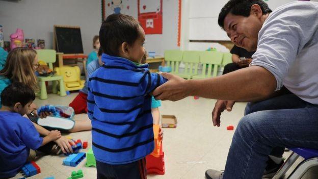 Crianças em abrigo para imigrantes no Texas; espaços são administrados pelo Departamento de Saúde e Serviços Sociais (Foto: GETTY IMAGES)