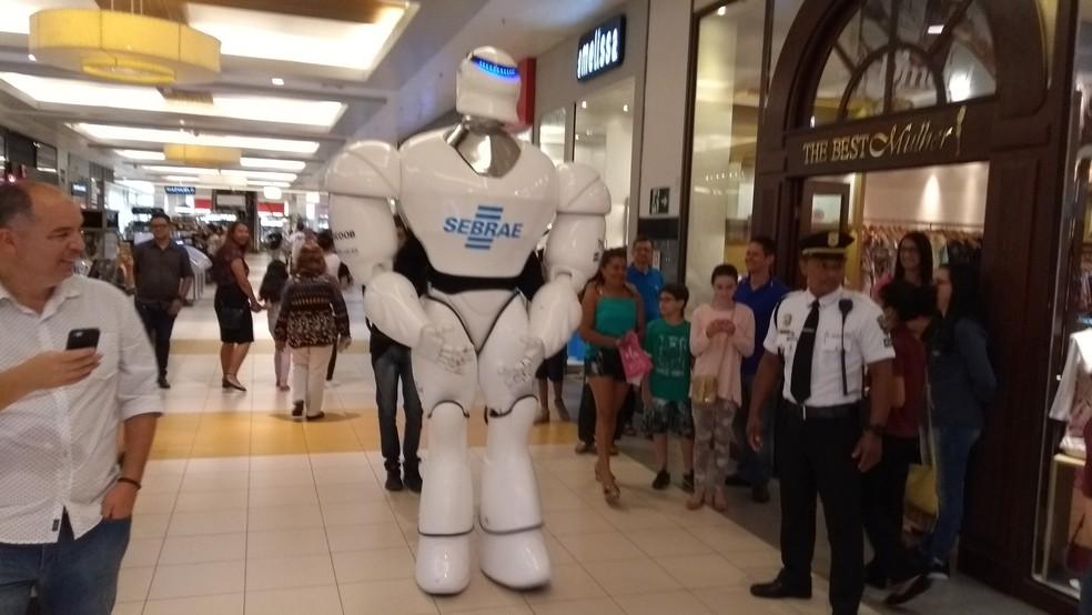 Robô foi uma das aprações da Feira do Empreendedor, em Porto Velho (Foto: Toni Francis/G1)