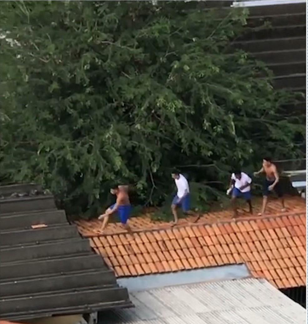 Fuga dos adolescentes da FUNAC chegou a ser registrada por celular — Foto: Reprodução/ TV Mirante