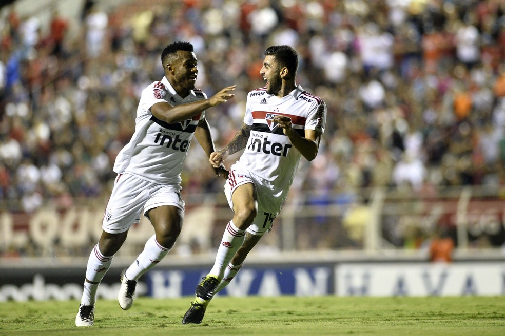 Liziero comemora o gol ao lado de Luan, seu companheiro desde a base do São Paulo — Foto: Marcos Ribolli