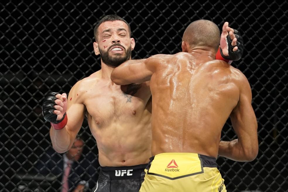 Edson Barboza acerta uma cotovelada em Dan Ige no UFC: Overeem x Harris — Foto: Getty Images