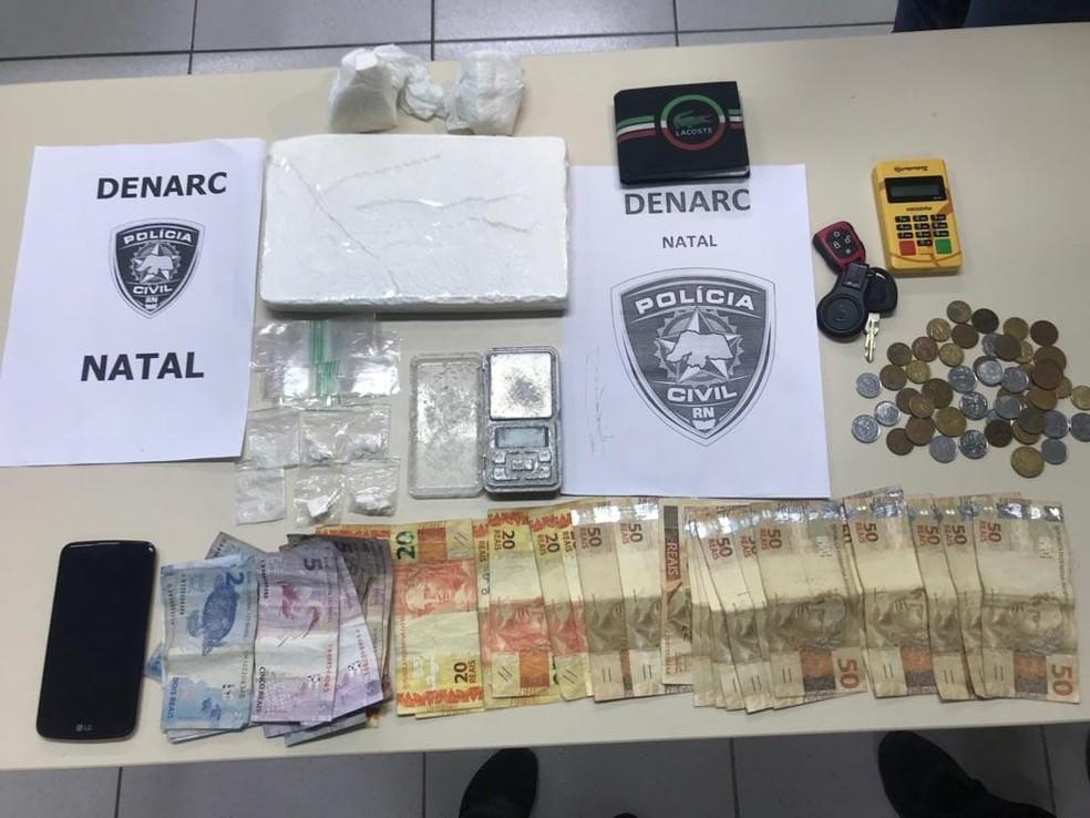 Drogas e dinheiro foram apreendidos com suspeitos de tráfico em Natal — Foto: Polícia Civil/Divulgação