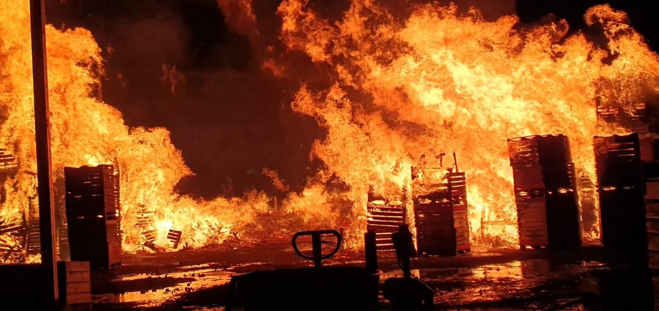 Bombeiros controlam incêndio em área externa de empresa em São Joaquim  - Notícias - Plantão Diário