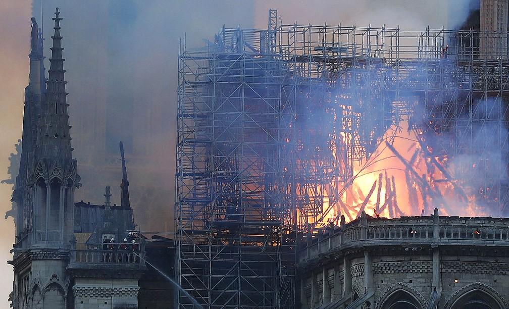 Bombeiros combatem incêndio na Catedral de Notre-Dame, em Paris — Foto: Thibault Camus/AP