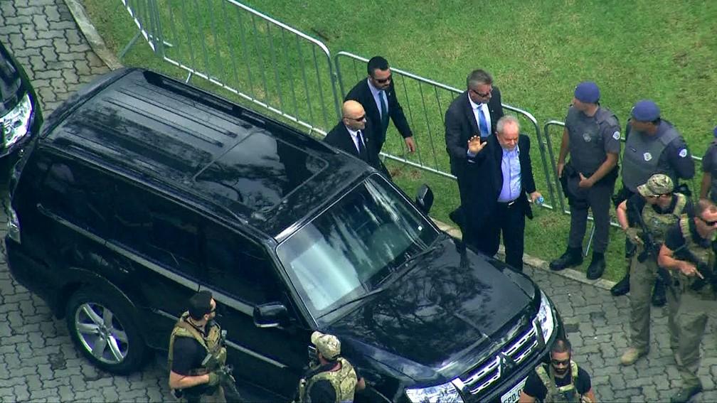 Lula chega ao velório do neto em São Bernardo do Campo — Foto: Reprodução/TV Globo