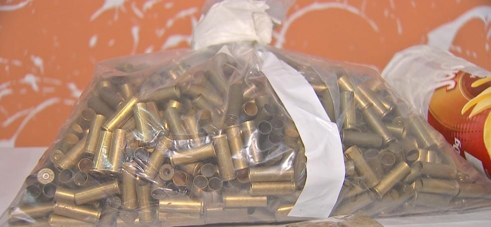 Um saco com projéteis deflagrados também foi encontrado — Foto: TVCA/Reprodução