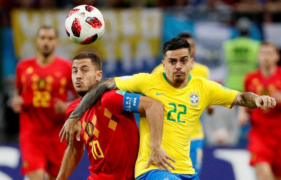 Hazard disputa bola com Fagner: camisa 10 belga infernizou o lateral brasileiro (Foto: Gleb Garanich/Reuters)
