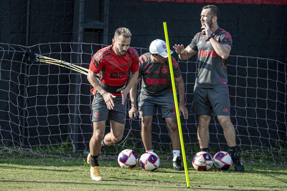 Everton Ribeiro durante um treinamento na pré-temporada — Foto: Marcelo Cortes/Flamengo