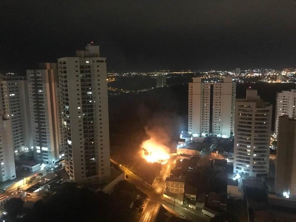 Três viaturas foram usadas no combate ao fogo — Foto: Maria Cristina Lourenço/Arquivo Pessoal