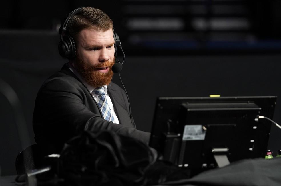 Paul Felder atualmente trabalha como comentarista nas transmissões do UFC — Foto: Cooper Neill/Getty Images